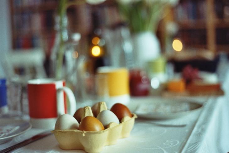gedeckter-tisch-mit-eiern