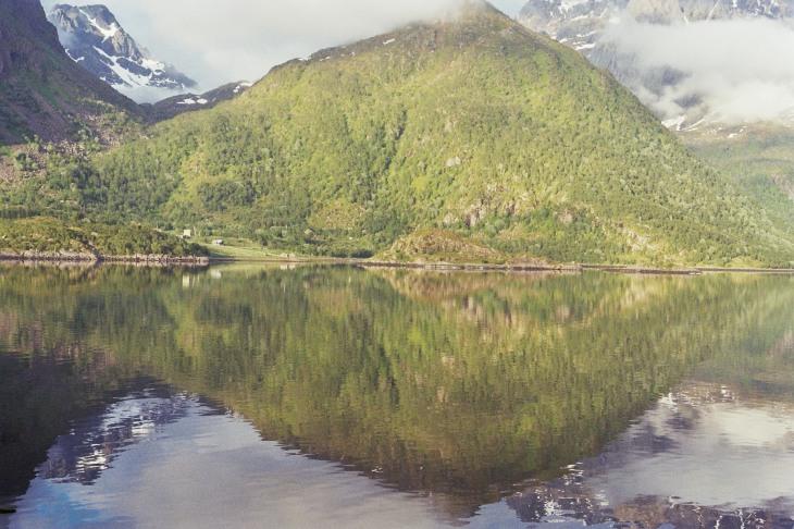 Gespiegelter Berg im See